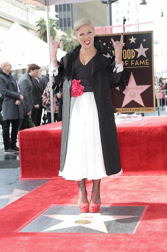 Pink už má i svou hvězdu na chodníku slávy v Hollywoodu.