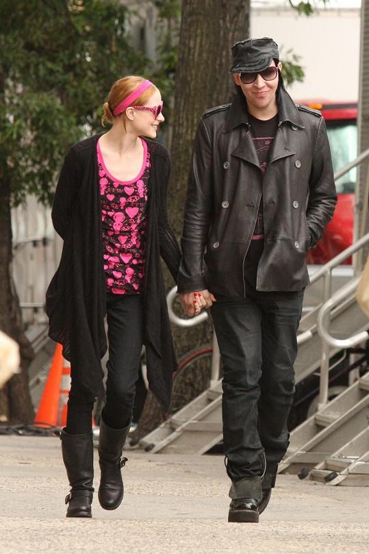 Začali spolu chodit, když bylo herečce 19, zpěvákovi 38.