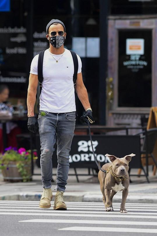 Její exmanžel Justin Theroux to nemohl nechat bez reakce, psy miluje. Na snímku se svou Kumou