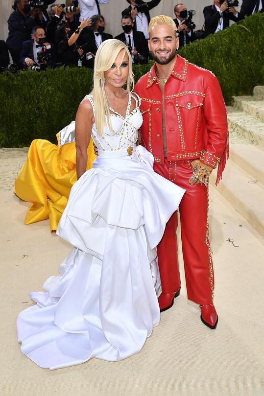 Donatela Versace a zpěvák Maluma samozřejmě ve značce Versace.