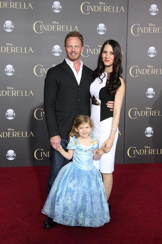 Ian Ziering na premiéru dorazil s manželkou a dcerou Miou.