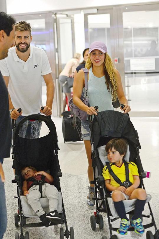 Gerard Piqué odletěl s Shakirou a dvěma syny na dovolenou.