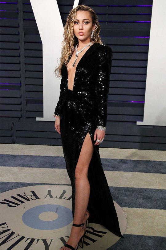 Miley Cyrus provětrala svá kůzlátka v těchto odvážných šatech.