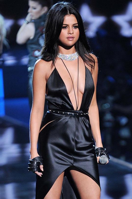 Selena se mezi sexy modelkami neztratila.