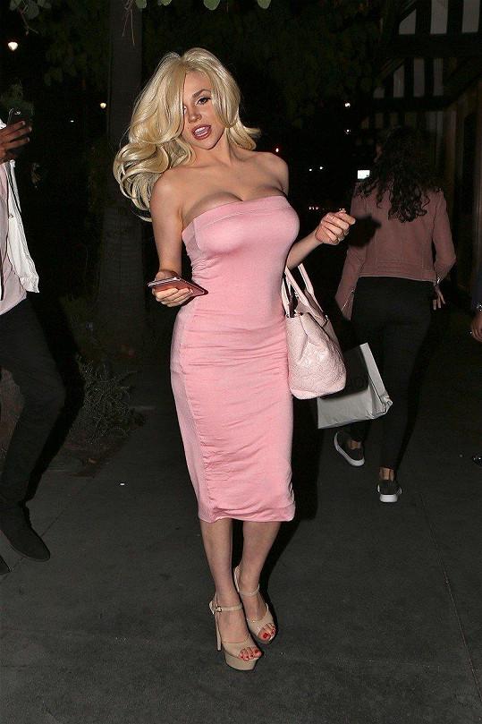 Na oslavu přišla v růžových šatech á la Marylin Monroe.