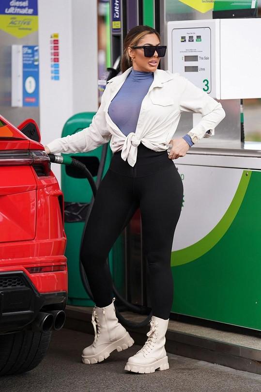 Zákazníci čerpací stanice měli pěknou podívanou.
