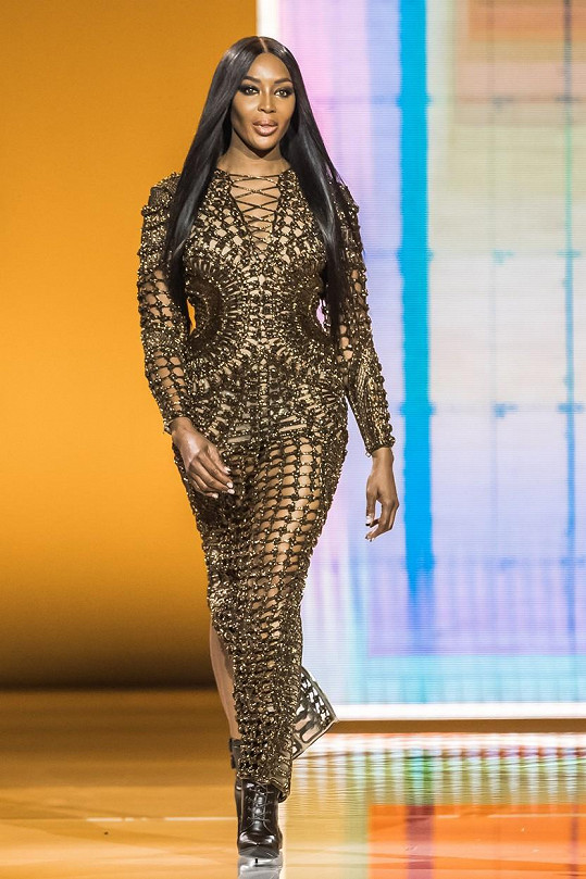 Naomi Campbell vynesla síťovaný model.