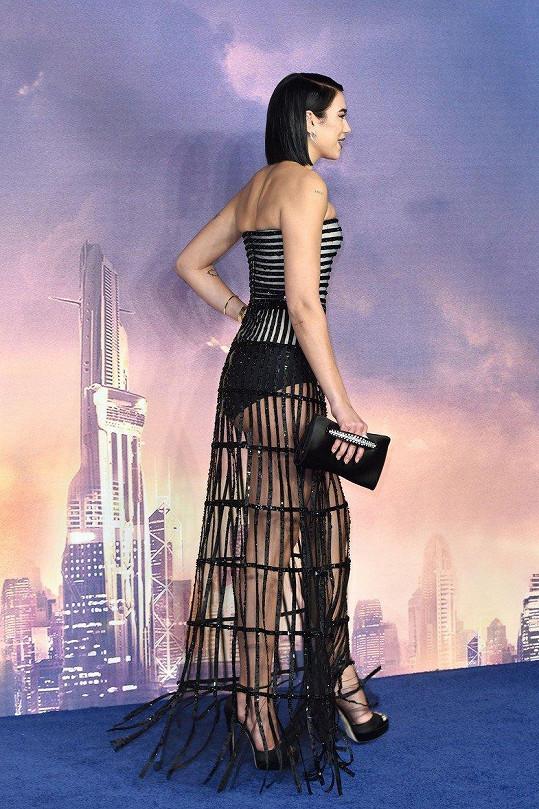 Dokonalé nožky a kalhotky vystavila v modelu od Armaniho.