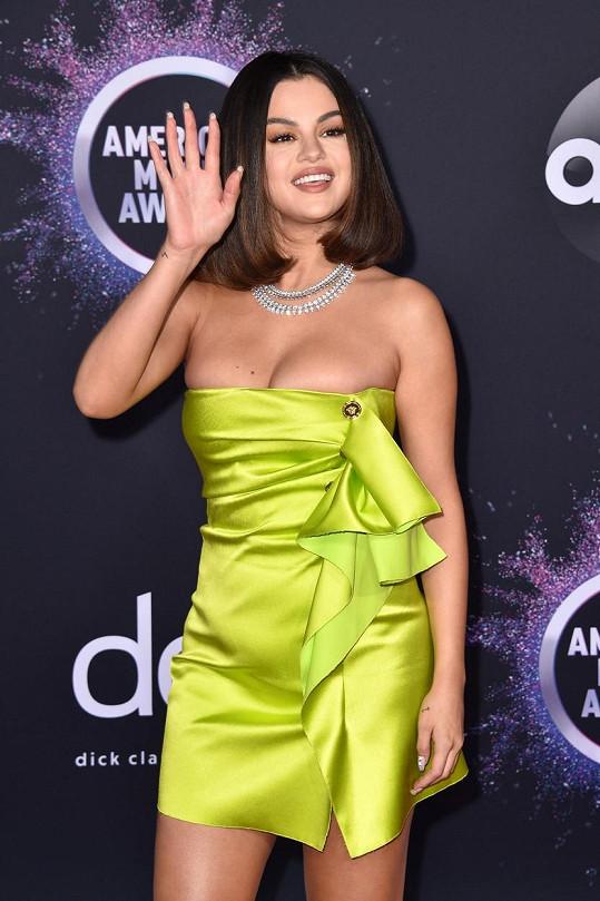 Selena Gomez osnila dekoltem v modelu Versace.