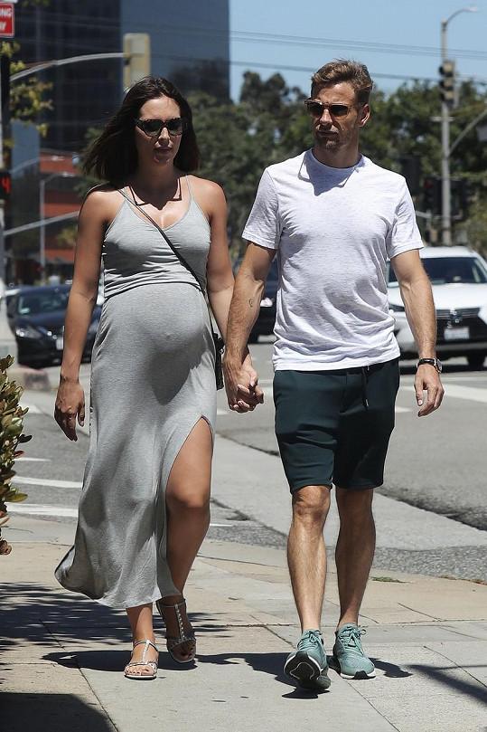 Brittny se snoubencem Jensonem Buttonem krátce před porodem syna