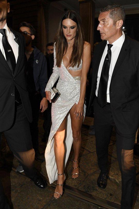 Na sobě měla šaty, které pro podzimní sezónu navrhl Julien Macdonald.