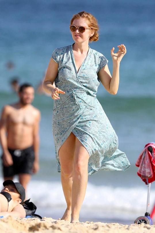 Isla vypadá v plážových šatech jako náctiletá dívka.