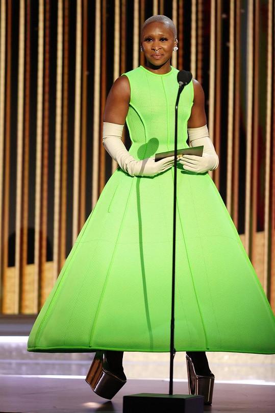 Cynthia Erivo byla nepřehlédnutelná v neonových šatech od Valentina.
