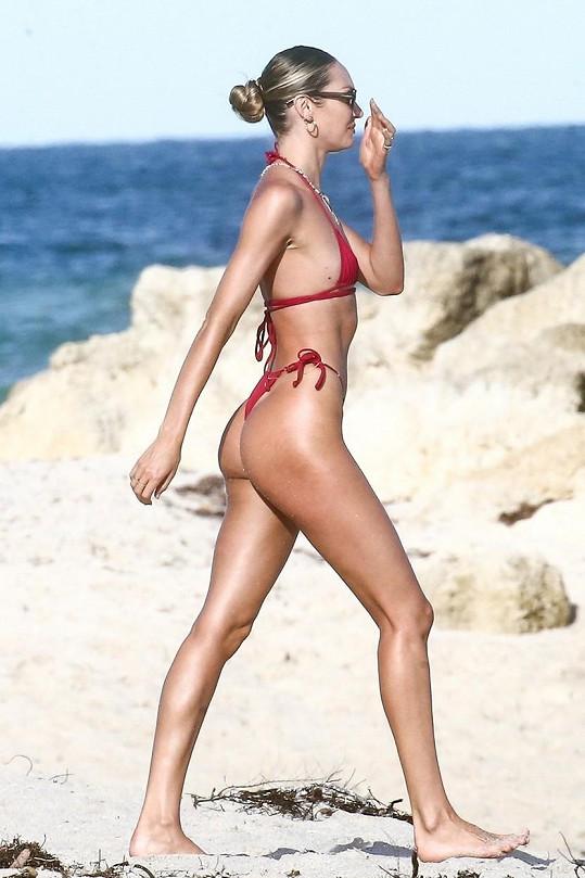 Candice Swanepoel předvedla svůj sexy zadeček.