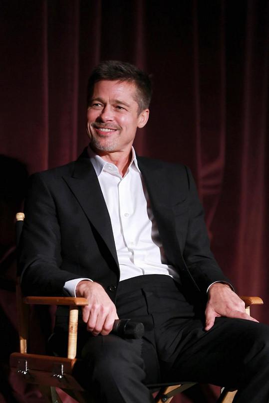 Těžce zkoušený herec se konečně opět usmívá.