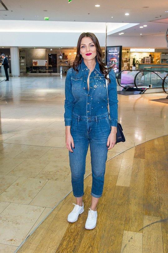 Na premiéru filmu Teroristka oblékla džínový overal.