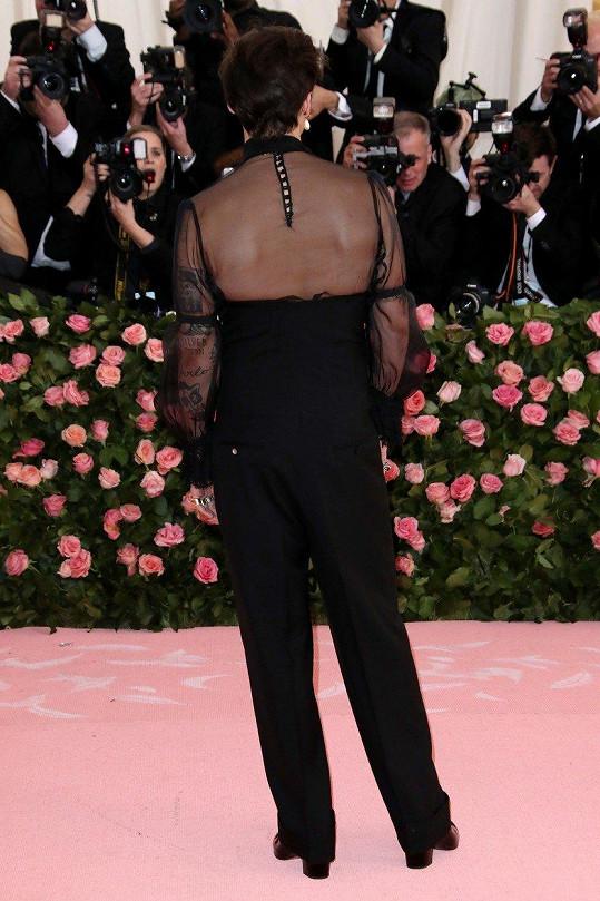 Zezadu by člověk díky podpatkům a holým zádům klidně tipoval, že jde o ženu.