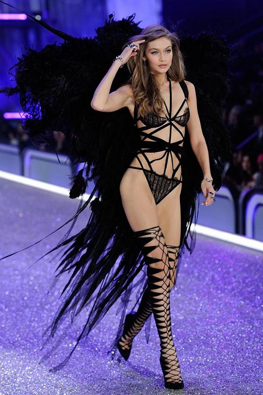 Gigi vynesla obrovská černá křídla...