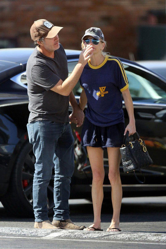 Anna má nový vztah s kameramanem Michaelem Barrettem.