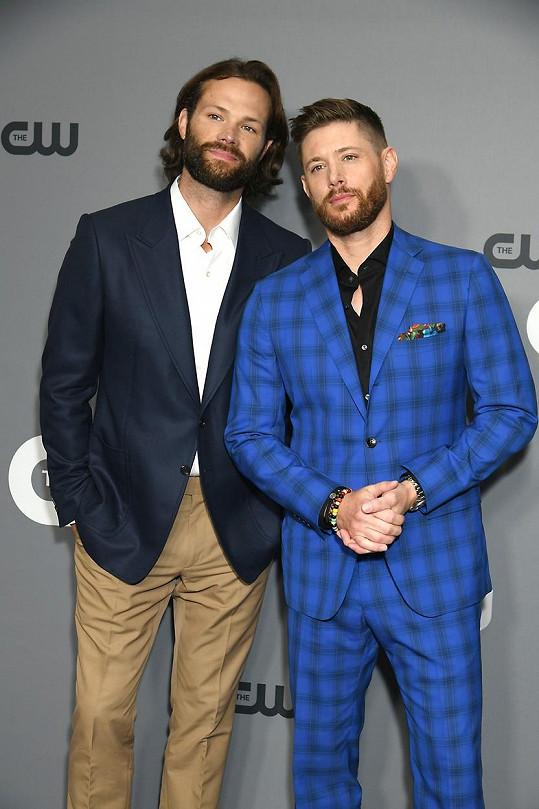 Hlavní představitelé seriálu Lovci duchů, který letos končí patnáctou sérií. Druhého hlavního hrdinu hrál herec Jensen Ackles.