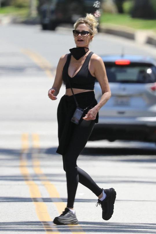 Běhala ve sportovní podprsence.