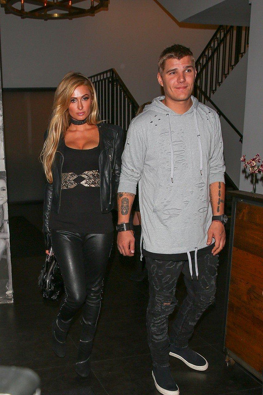 Paris Hilton randí s Chrisem Zylkou.
