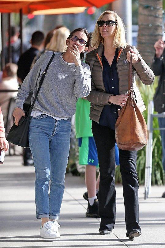 Lisa Kudrow (vpravo) a Courteney Cox vyrazily společně na oběd.