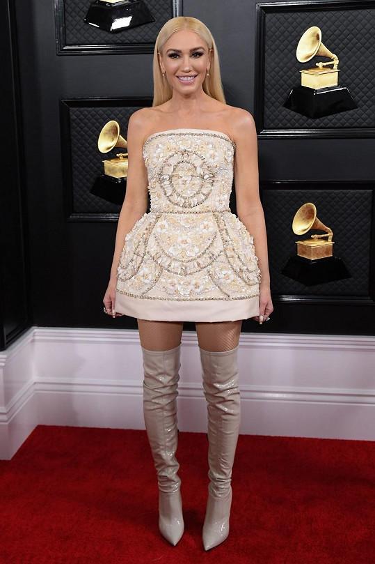 Gwen Stefani na sobě měla korzetové koktejlky s tulipánovitou sukní od Dolce & Gabbana. Všimněte si tradičních italských výšivek šatů, jež nositelka doplnila kozačkami nad kolena, které dodaly celku mladistvý vzhled.