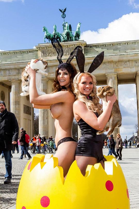 V centru Berlína pózovala s králíky.