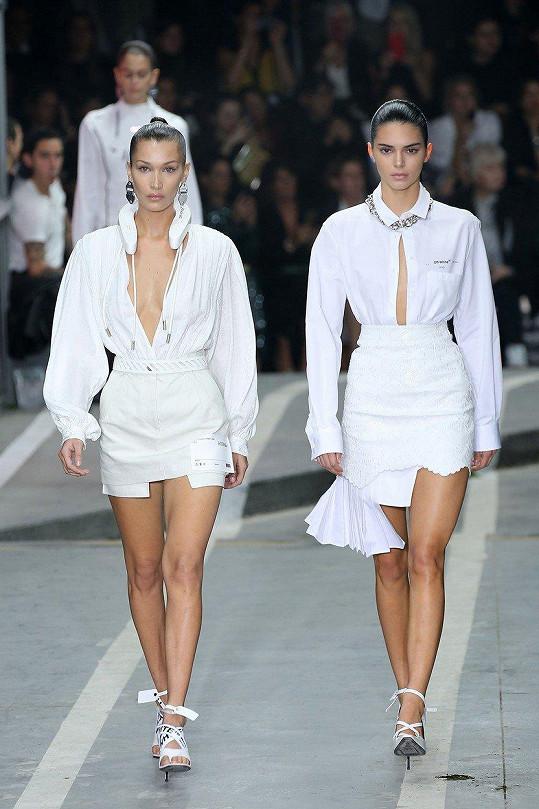 Módu stejné značky předváděly i Bella Hadid (vlevo) a Kendall Jenner.