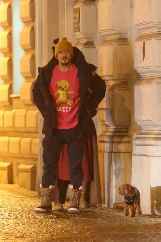 I do Prahy herec dorazil se svým mazlíčkem. Fanoušky teď prosí o pomoc při jeho hledání.