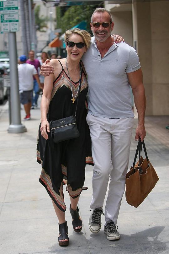 Sharon Stone s pánským doprovodem
