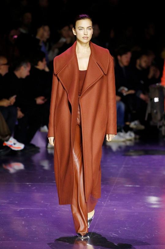 Ve svých 34 letech stále chodí prestižní přehlídky. Takhle se prošla po mole na milánském týdnu módy.