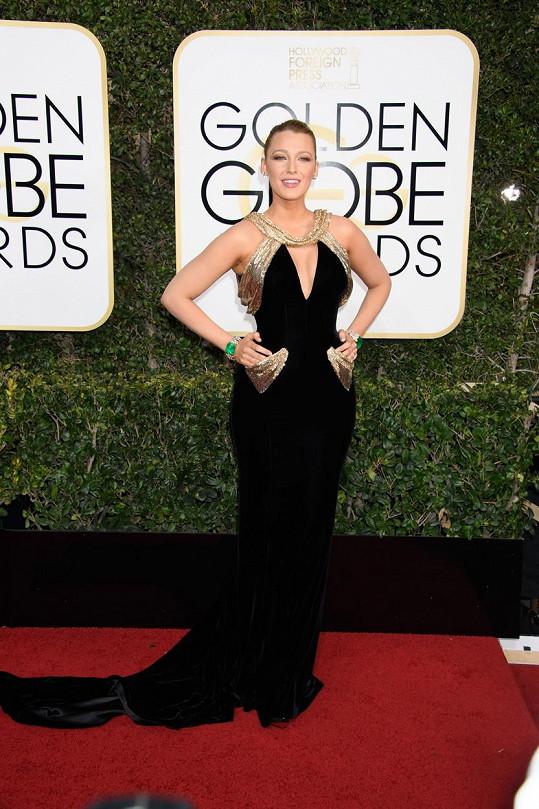 Když už, tak už. Blake Lively zvolila velmi výrazné šaty z ateliéru Versace s okázalým zdobením v živůtku a okolo kapes. Aby toho nebylo málo, tak sáhla i po velmi výrazných špercích, u kterých dominovaly dva shodné náramky Lorraine Schwartz.