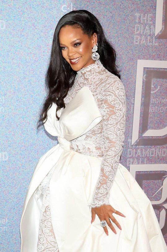 Rihanna se předvedla v krásných šatech.