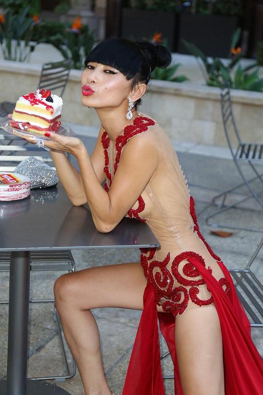 Fanoušek herečce k narozeninám objednal kus dortu...