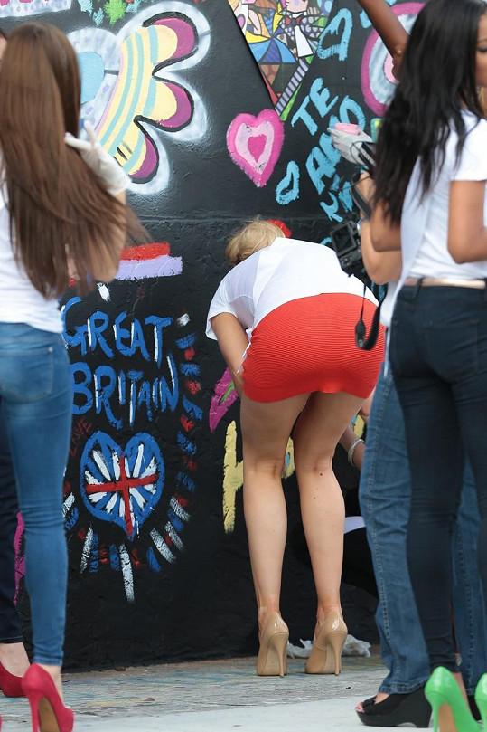 Miss Universe Velké Británie se pustila do graffiti.
