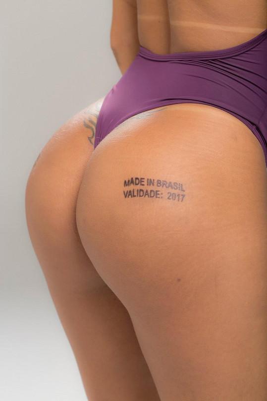 Tetování na zadku pobouřilo feministky.