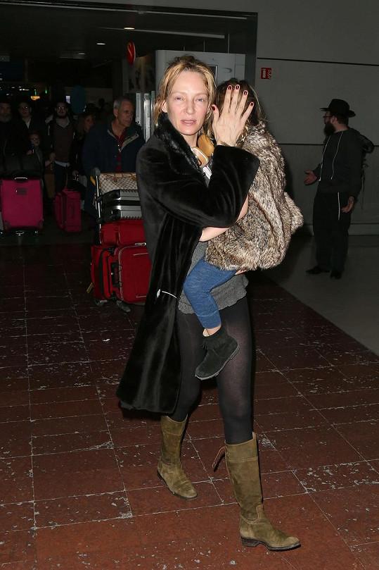 Herečka na letišti v Paříži s dcerou Lunou