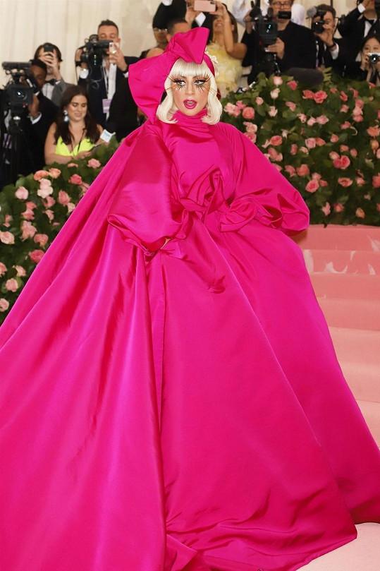 Lady Gaga loni uhranula přihlížející modelem 4v1. Z nafouknuté růžové bubliny se postupně vysvlékla do spodního prádla.