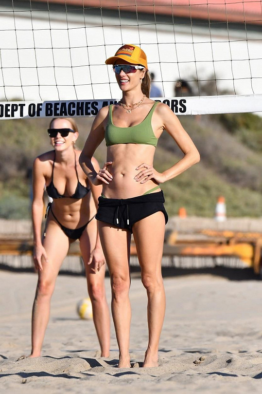 Alessandra Ambrosio si chodí pravidelně na pláž zahrát volejbal.