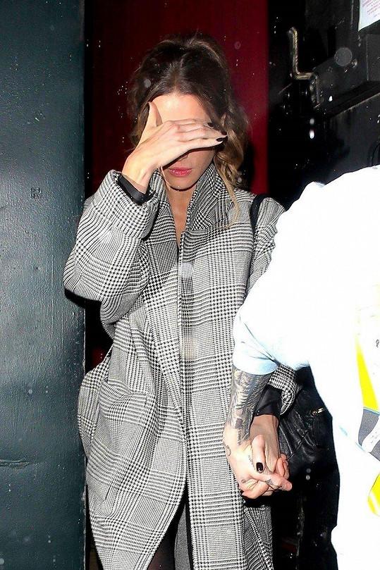 Herečka se snažila skrýt před blesky fotografů.