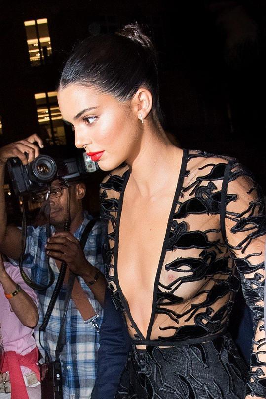 Kendall ukázala dokonalé poprsí v plné kráse.