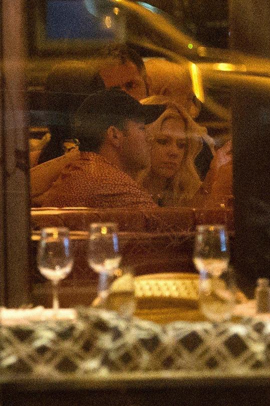 Avril se ke svému bohatému příteli docela má.