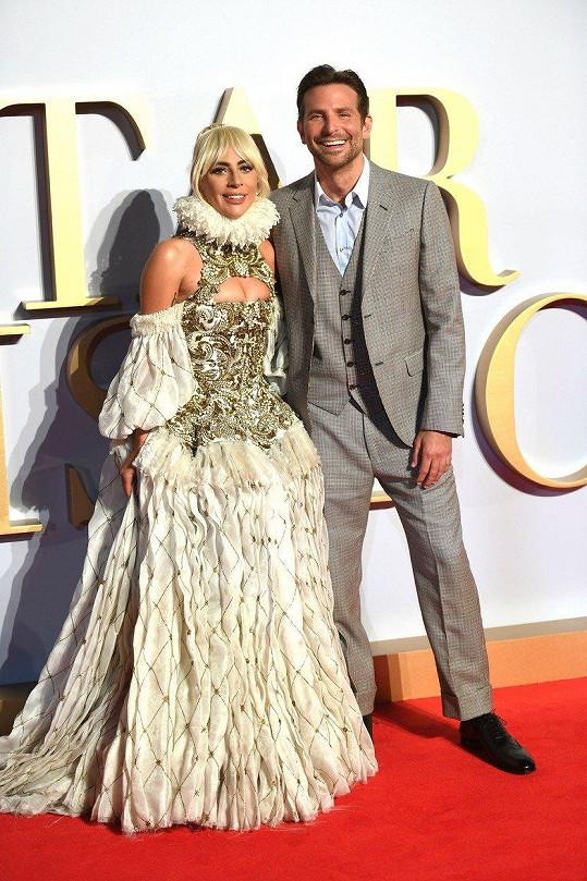 Lady Gaga a Bradley Cooper s filmem slaví úspěch.