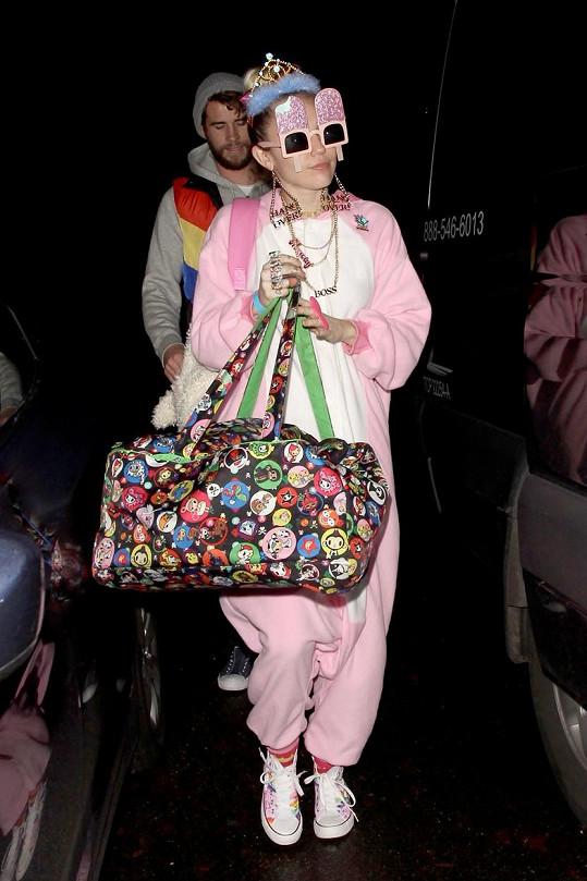 Miley Cyrus vypadala na oslavě snoubencových narozenin jako blázen.