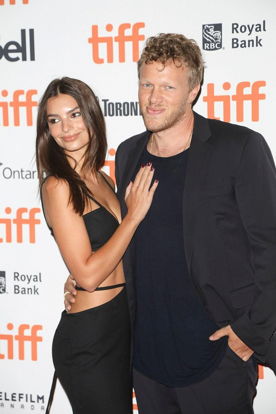 Nestydatou Emily Ratajkowski doprovodil na filmovou premiéru manžel Sebastian Bear-McClard.
