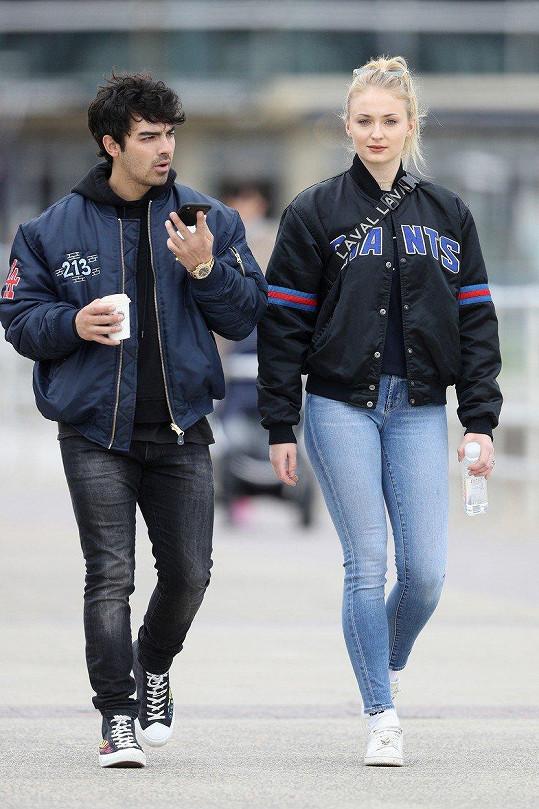 Kvůli Joeovi Jonasovi Sophie Turner upřednostnila vztah před single životem.
