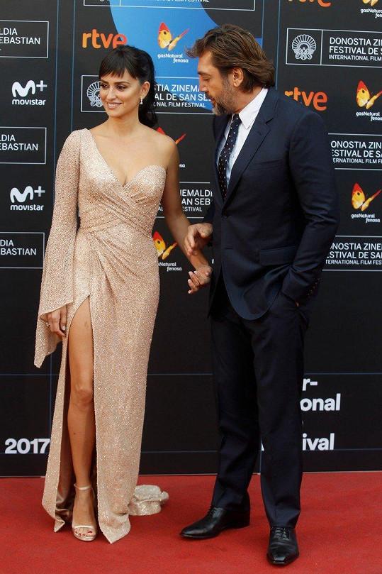 Výběr hereččiných šatů ocenil i její muž.