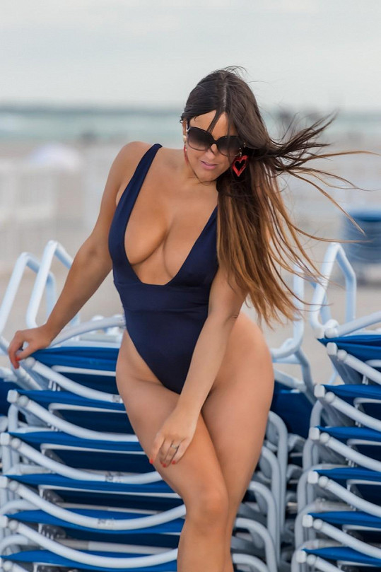 Claudia Romani se předváděla na pláži.